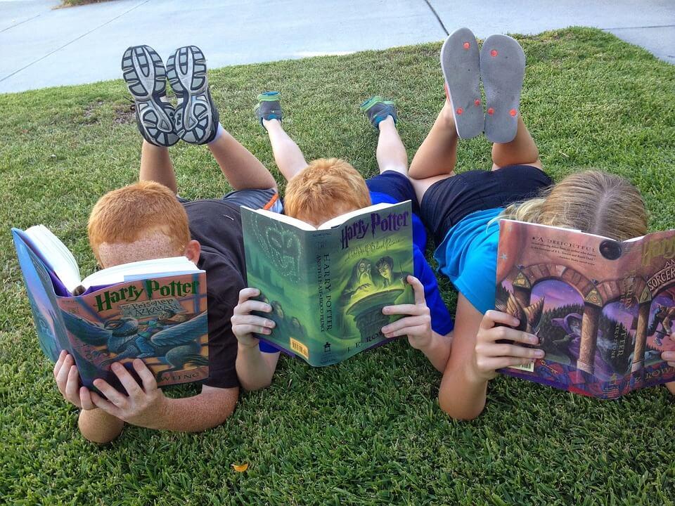 bimbi che leggono